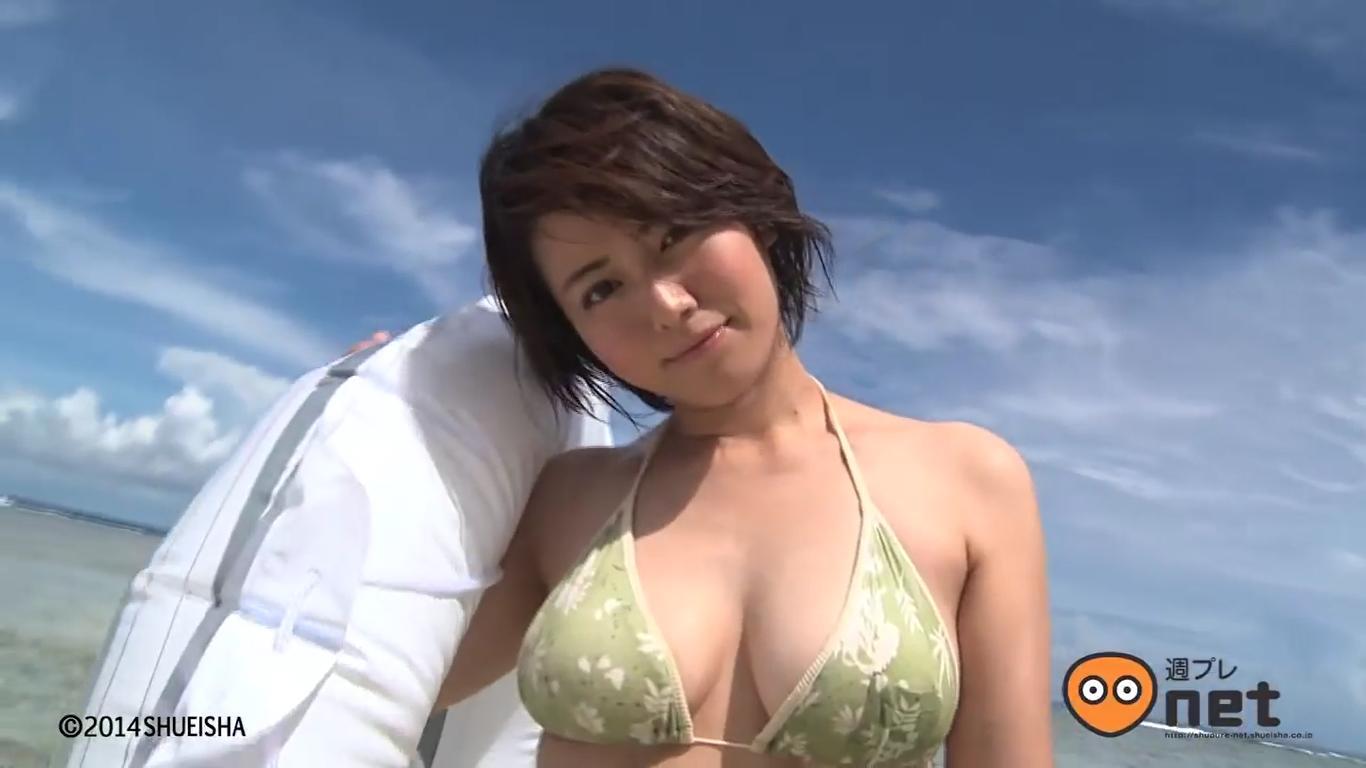 【磯山さやか】Fカップ さらに磨きがかかった美女のグラビア撮影シーン