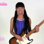 【黒宮れい】-カップ ツインテールにワンピース水着姿でギターを弾く