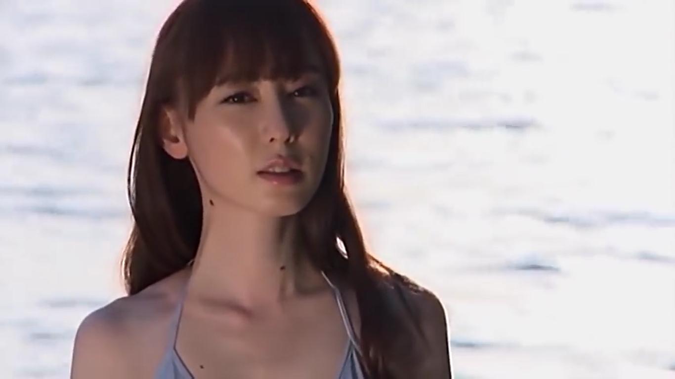 【秋山莉奈】Aカップ シルバービキニとサンセットビーチと艶かしいBODY