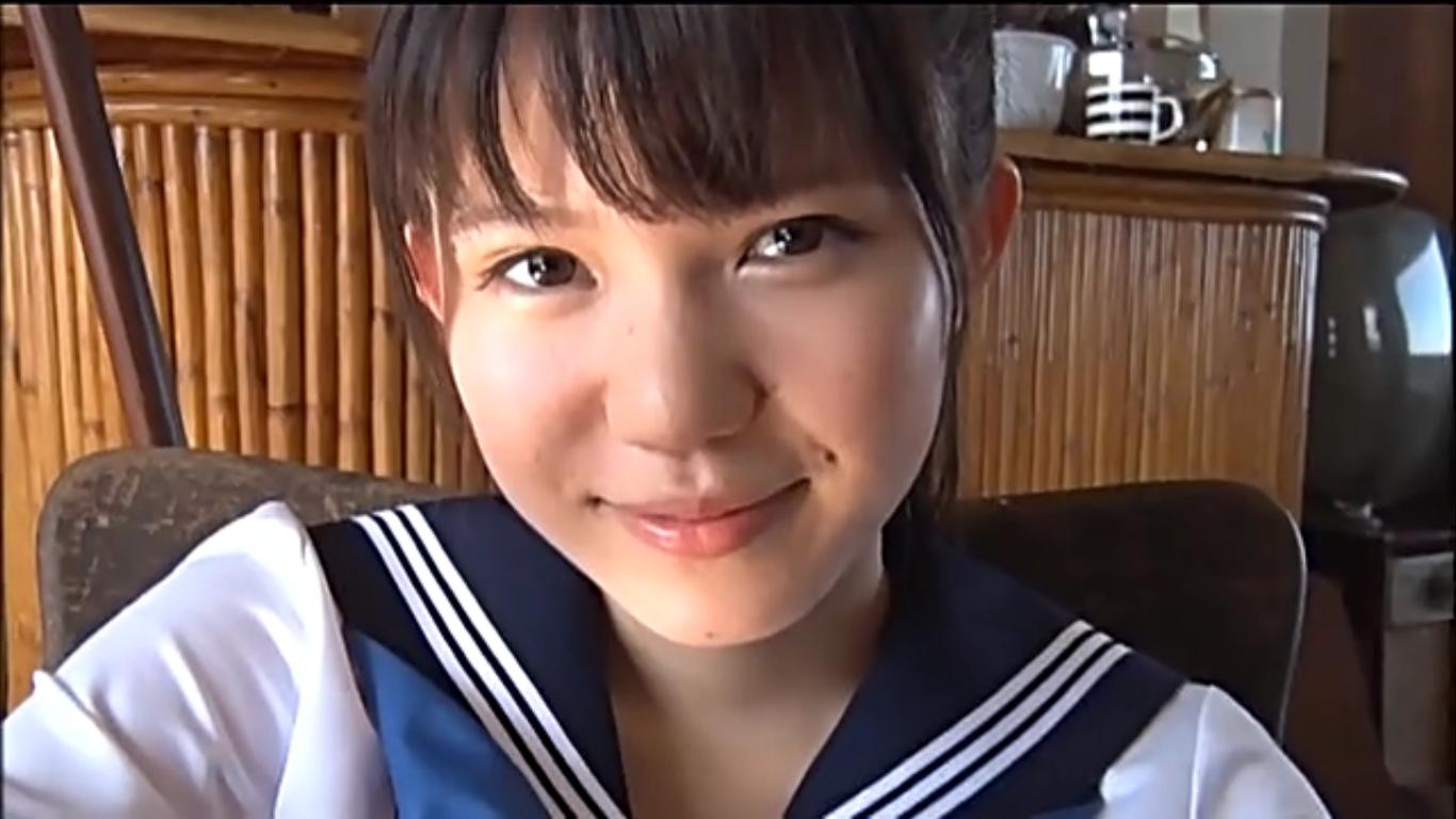 【横山あみ】Eカップ 清楚な美女がセーラー服を脱いでいくシーン