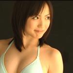 【天野莉絵】-カップ グラビア撮影風景と水色ビキニと笑顔