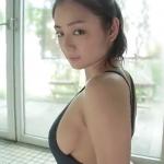 【片山萌美】Gカップ5 水着のチャックを下げて胸元を露出そして濡れる