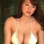 【篠崎愛】Gカップ34 モノキニ姿でのグラビア撮影風景