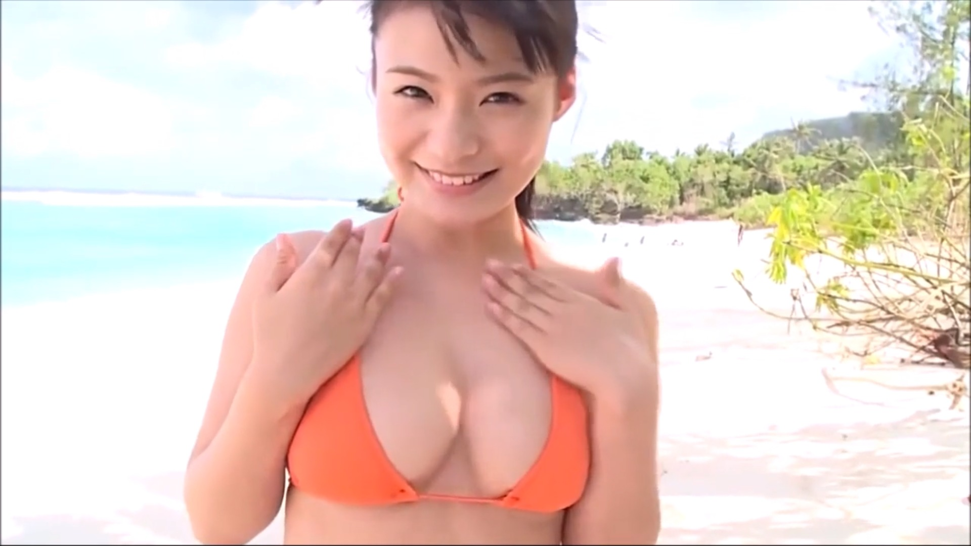 【星名美津紀】Hカップ34 オレンジビキニ姿!笑顔でおっぱいゆっさゆっさ!