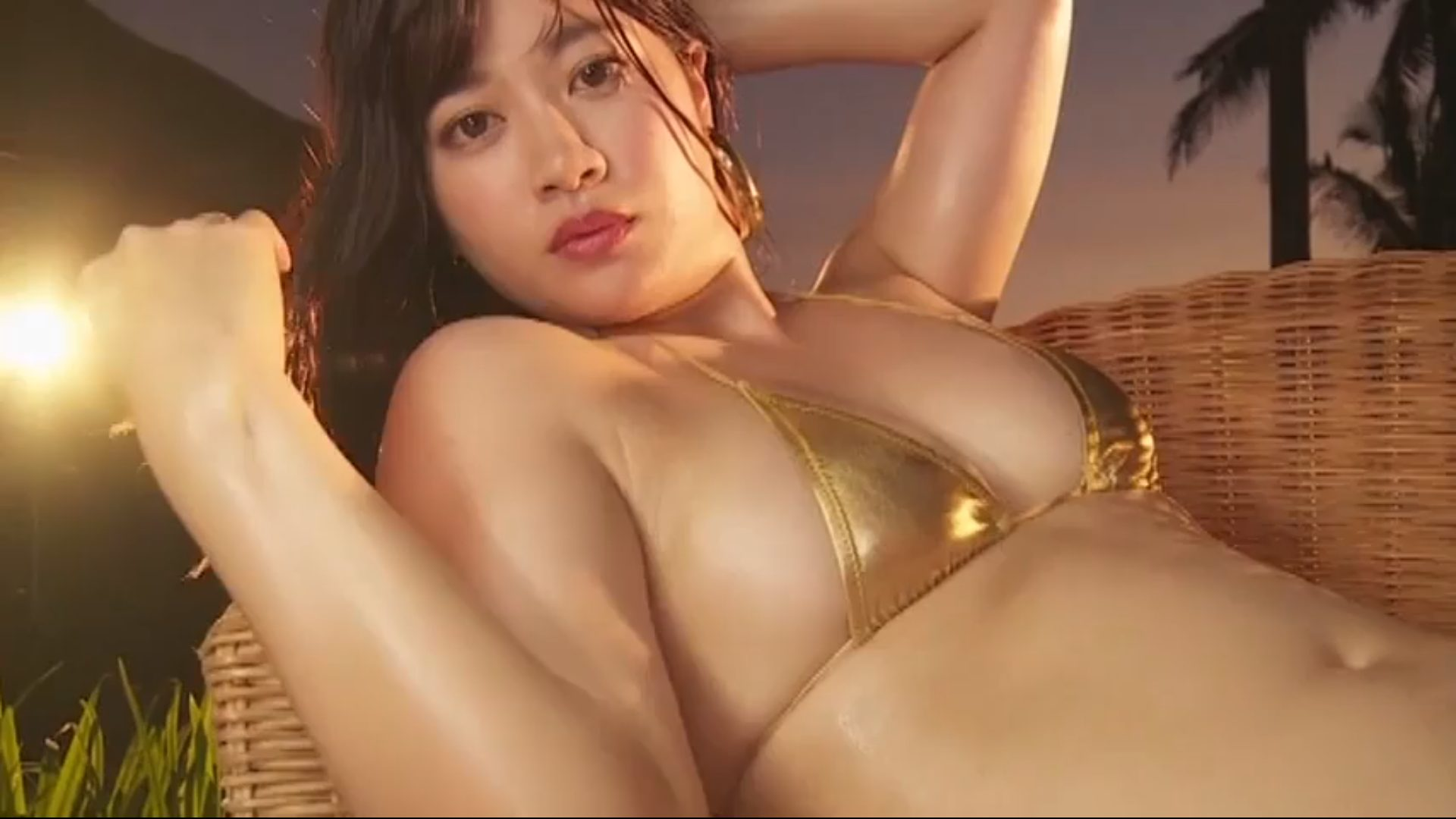 【川嶋麗惟】Eカップ2 妖艶なBODYとメタリックビキニ姿で魅了する!