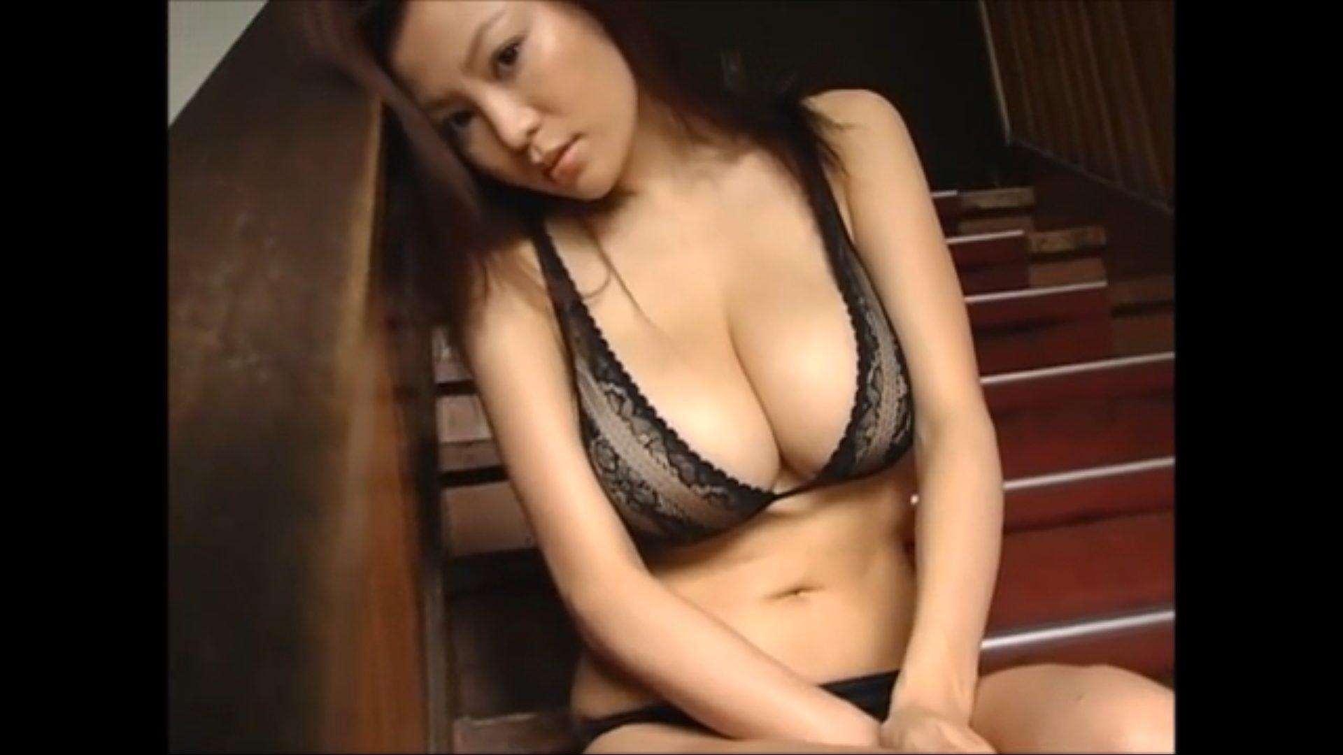 【松金ようこ】Hカップ7 セクシー美女が階段でポージングをきめるとこうなります!